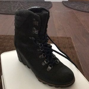 Sorel wedge hiking boot with blue laces